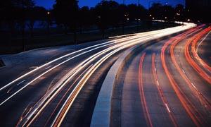 夜晚城市中的道路和光影摄影图片