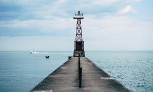 海边栈桥上的灯塔高清摄影图片