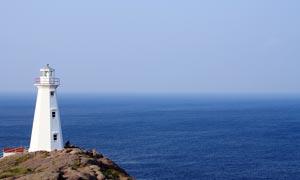 大海边上的白色灯塔建筑摄影图片