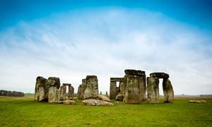 蓝天下的英国巨石阵高清摄影图片