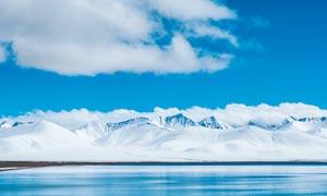 雪山腳下的湖泊美景高清攝影圖片