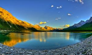 山脚下美丽的湖泊景观摄影图片