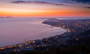 夜幕降临下的海滨城市美景摄影图片