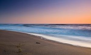 傍晚海边卷起的海浪景观摄影图片