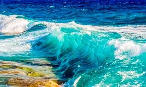 大海中波涛汹涌的海浪摄影图片
