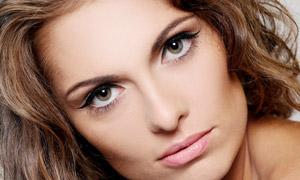 卷发造型美女人物特写摄影高清图片