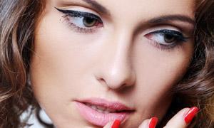 涂红指甲的披肩发美女摄影高清图片