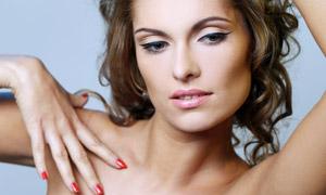 纯色背景前的卷发模特摄影高清图片