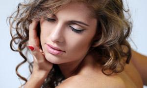 欧美露背卷发模特人物写真摄影图片