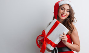 手拿着礼物的圣诞美女摄影高清图片