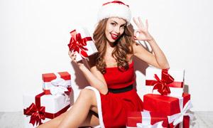 在旁边放着很多礼物的美女高清图片