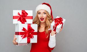 收到惊喜礼物的圣诞装美女高清图片