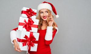 抱着礼物打电话的美女摄影高清图片