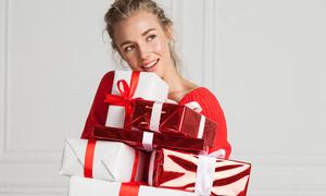 抱礼物的红色毛衣美女摄影高清图片