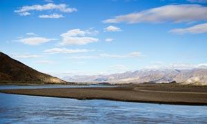 蓝天白云下的湖泊和桥梁摄影图片
