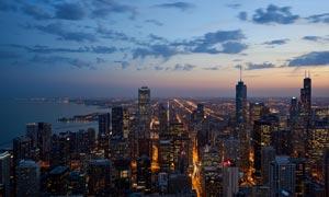 黄昏下的城市夜景摄影图片