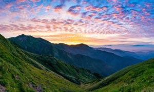 傍晚山谷中的美丽景观摄影图片
