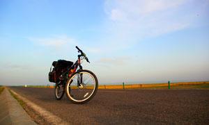 公路上停放的自行车摄影图片