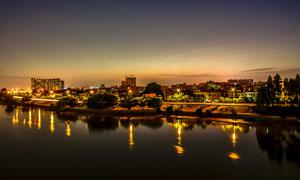 河岸边上美丽的城市夜景摄影图片