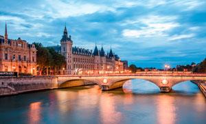 城市中的桥梁和美丽夜景摄影图片