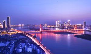 城市中的桥梁和建筑夜景摄影图片