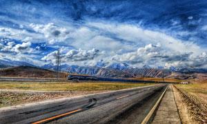 蓝天白云下的田园公路摄影图片