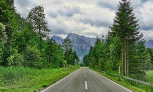 大山中美丽的公路景观摄影图片