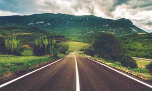 青山之中的道路美景摄影图片