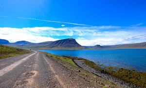 湖边的公路摄影图片