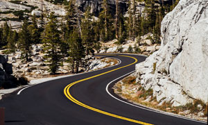 山中弯曲的公路美景摄影图片