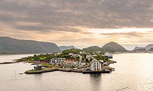 海岛上的村镇美景摄影图片