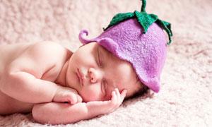 躺在毯子上熟睡的婴儿摄影图片