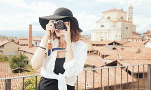 旅行中正在拍照的美女攝影師攝影圖片
