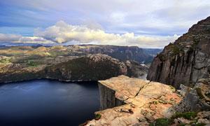 懸崖下美麗的湖泊美景攝影圖片
