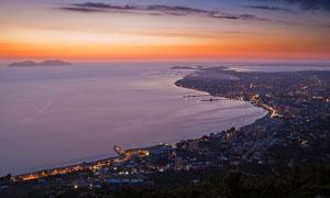 黄昏下的海边城市美景摄影图片
