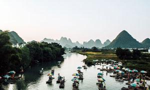 桂林山水中的竹筏美景攝影圖片