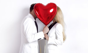 红气球后面的情侣人物摄影高清图片