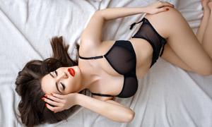 红唇美女黑色内衣展示摄影高清图片