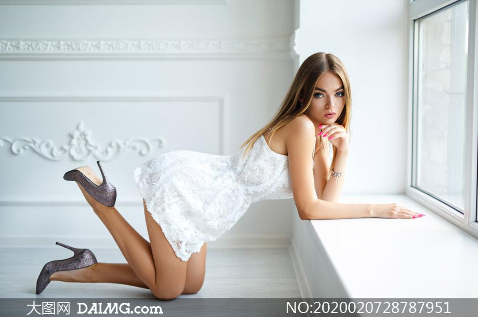 中分长发白色短裙美女摄影高清图片