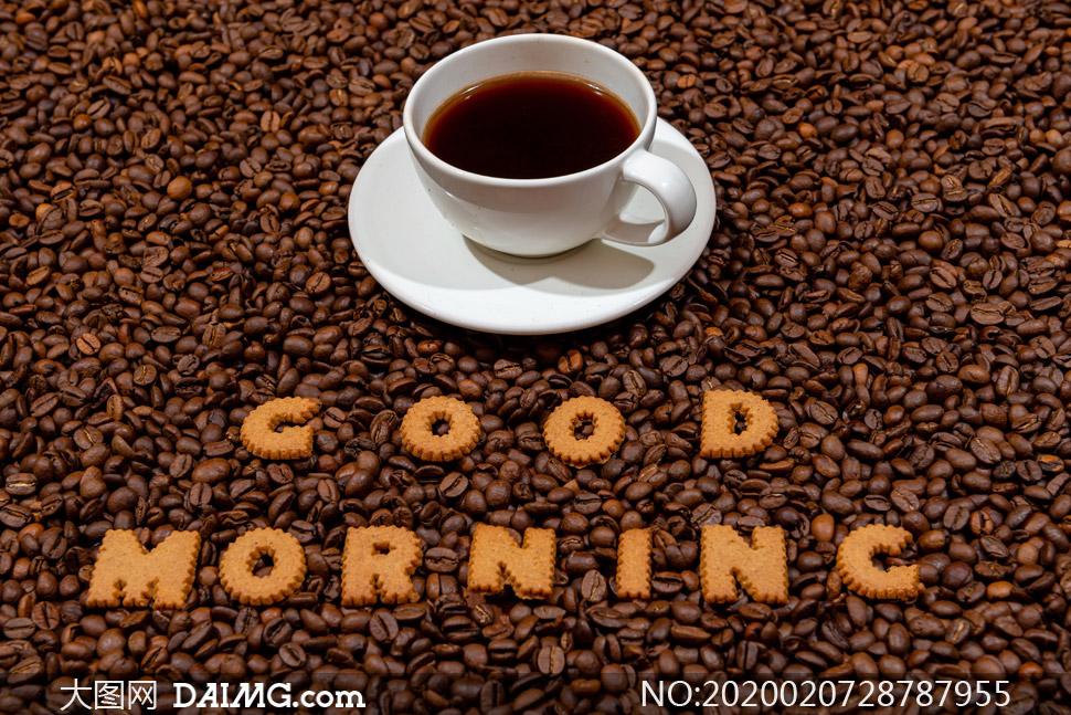 咖啡豆与一杯咖啡近景摄影高清图片