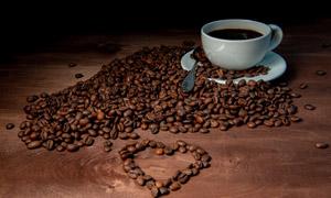 咖啡豆摆出的心形图案摄影高清图片