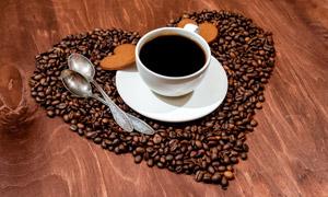 摆成心形图案的咖啡豆摄影高清图片