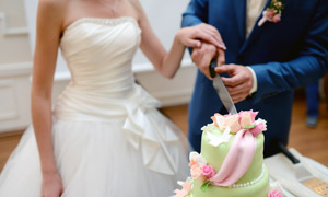 一起切蛋糕的新娘新郎攝影高清圖片