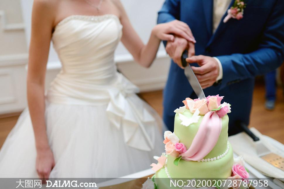 一起切蛋糕的新娘新郎摄影高清图片