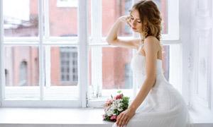 坐窗户边的吊带裙美女摄影高清图片