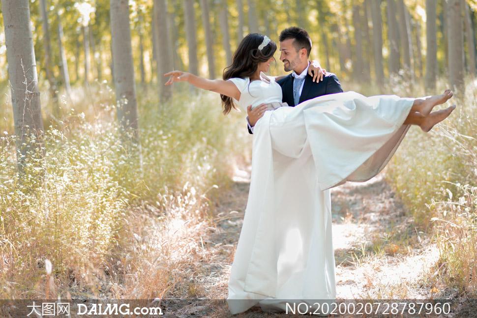 林间小道上的新娘新郎摄影高清图片
