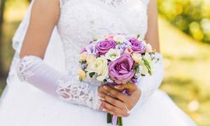 手持捧花的白婚紗新娘攝影高清圖片
