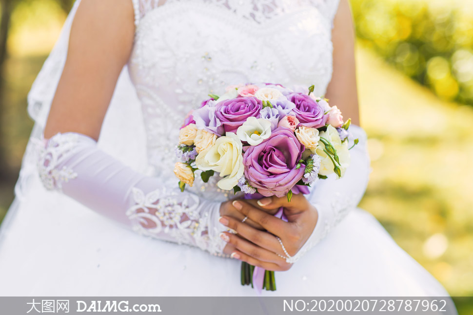 手持捧花的白婚纱新娘摄影高清图片