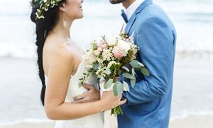 大海邊的浪漫愛人婚紗攝影高清圖片