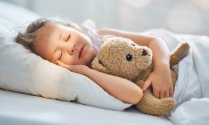 抱着玩具睡觉的小女孩摄影高清图片